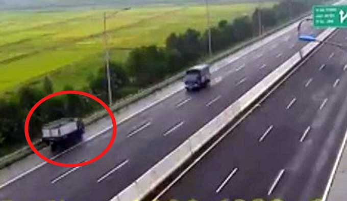 A screenshot from camera footage shows a truck running on an emergency lane of the Hanoi-Hai Phong Expressway in the wrong direction on May 31.