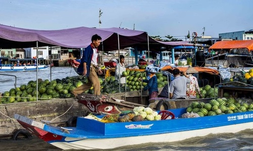 Tottenham owner Lewis charmed by Mekong Delta cuisine