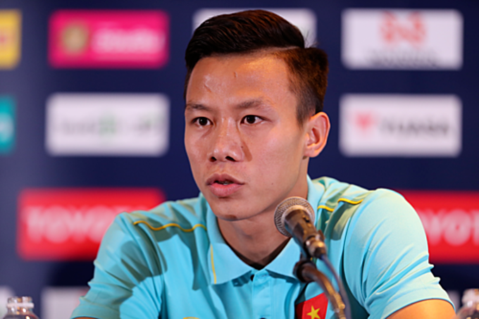 Que Ngoc Hai, Vietnams captain at Kings Cup, speaks at a conference in Thailand, June 4, 2019. Photo by VnExpress/Duc Dong.