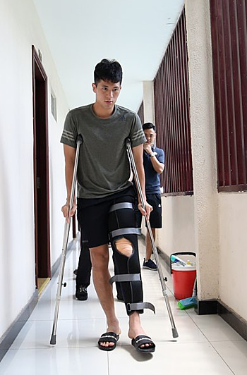 Trong has to use crutches to walk after the injury. Photo by VnExpress/Duc Dong.
