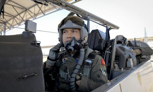 Vietnamese air force pilot graduates from US aviation leadership program