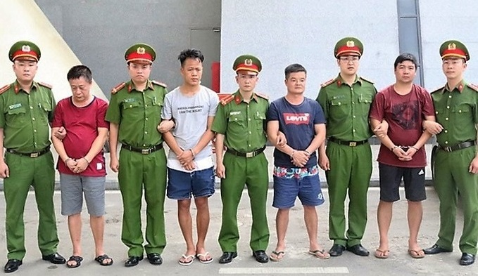Vietnam hands over four wanted smugglers to China