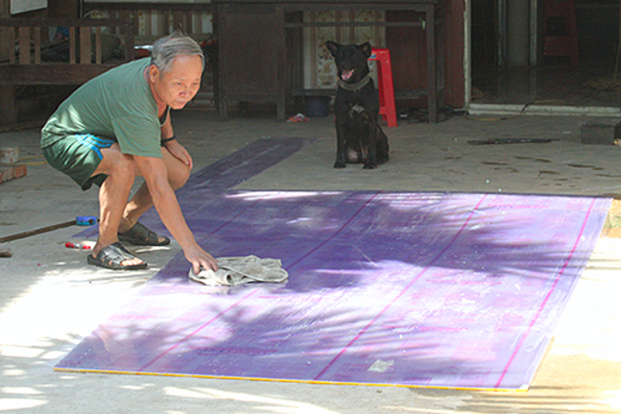 Nguyen Cong Duc wiped the insulation to set it up in front of the house to reduce the heat. Photo by VnExpress/Duc Hung