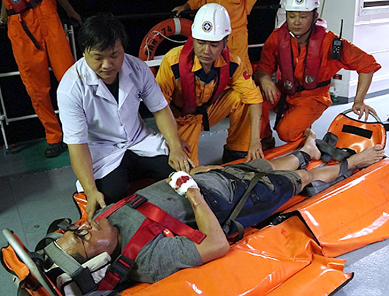 Alcarez Peter ll Alesna is treated by Vietnamese doctors on the Bulk Japan off Da Nang coast. Photo courtesy of the Da Nang Maritime Rescue Coordination Center.