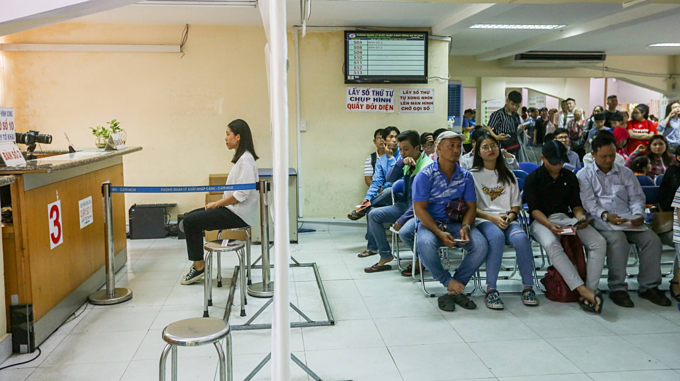 Thousands queue up in Saigon for passports as summer holiday peaks - 3
