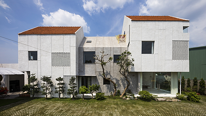 Villa house has eclipse-shaped kitchen as space saving solution