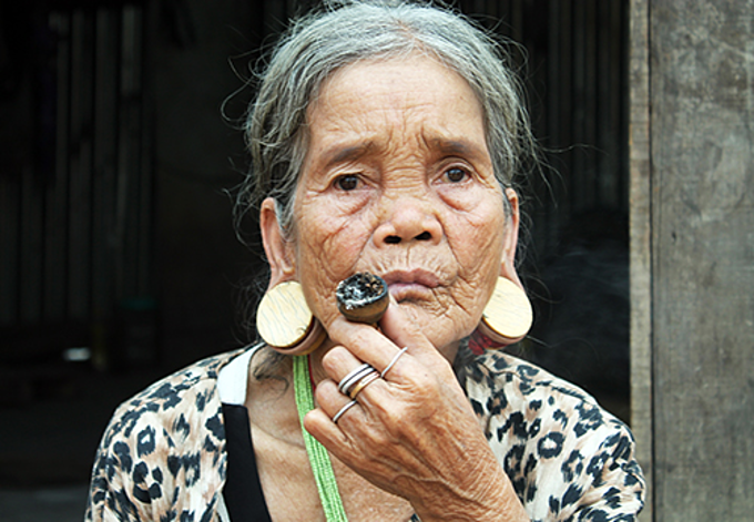 Y Pe wear elephant husk earrings. Photo by Tran Hoa