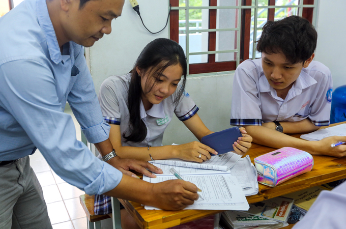 Saigon high school students put in slog as graduation exams loom - 1