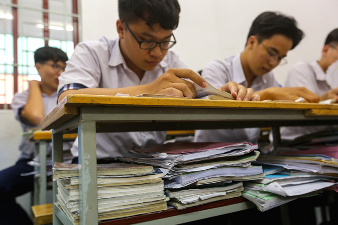 Saigon high school students put in slog as graduation exams loom - 4