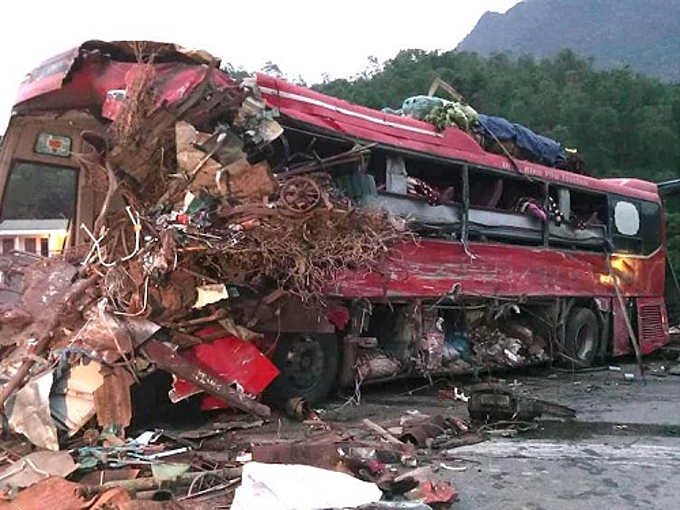 A Vietnamese bus is badly damaged in a crash with a Laotain truck in Hoa Binh Province, June 17, 2019. Photo by VnExpress/The Vinh.