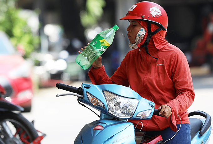 Mercury rises to 40C as heat wave scorches Hanoi - 4