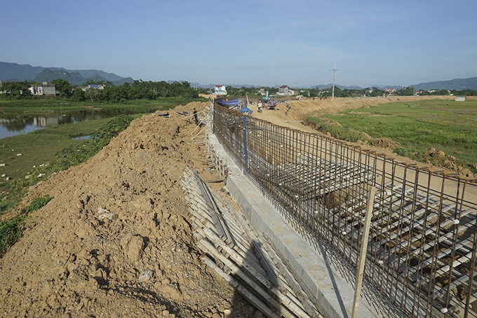 Hanoi spends $1.6 mln renovating embankment to save outskirts from flooding - 2