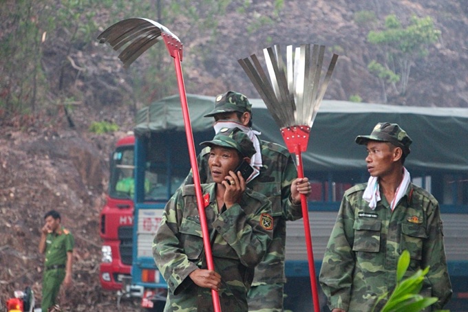 Over 1,000  battle four conssecutive forest fires in central Vietnam - 1