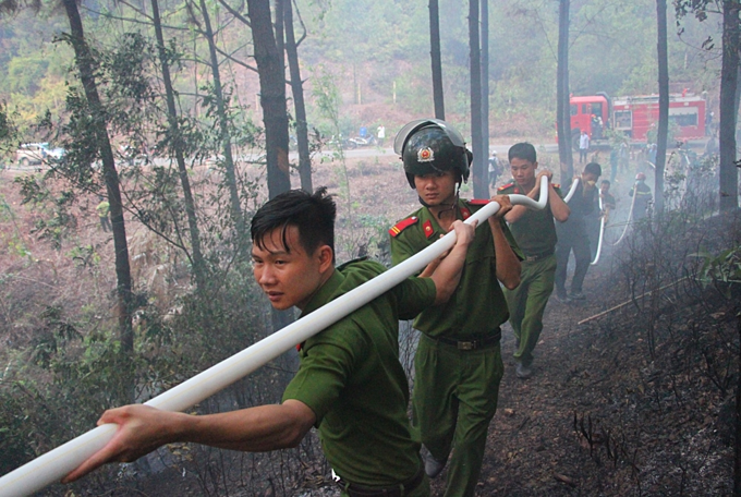 Over 1,000  battle four conssecutive forest fires in central Vietnam - 2