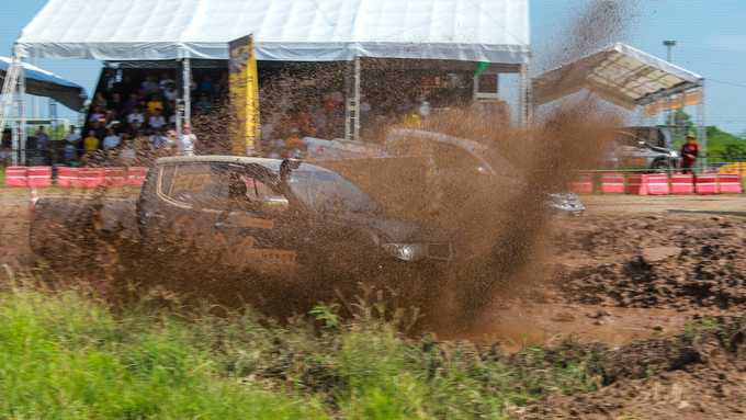 Offroad racing kicks up dirt in Hanoi - 3