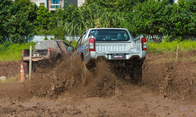 Offroad racing kicks up dirt in Hanoi - 4