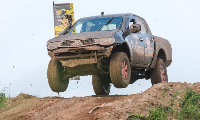 Offroad racing kicks up dirt in Hanoi - 6
