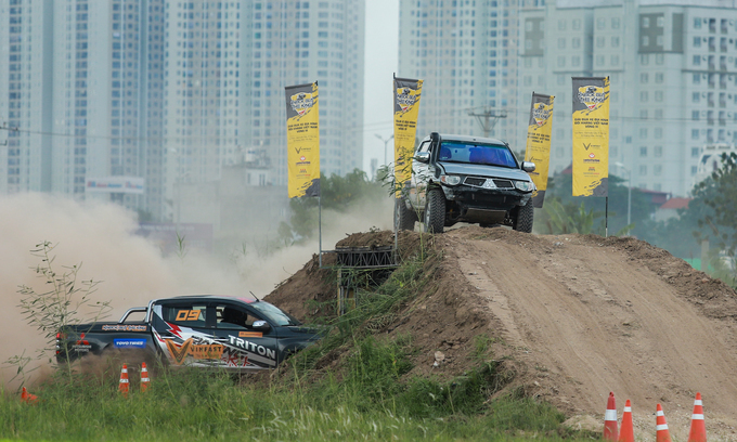 Offroad racing kicks up dirt in Hanoi