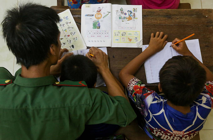 When border police become teachers of home, school deprived Cambodian-Vietnamese kids (unedited) - 5