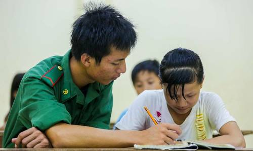 Border troops give hope to returning Cambodian-Vietnamese kids