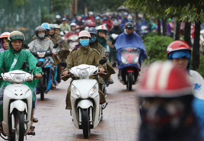 Downpours from storm Mun paralyzes Hanoi traffic - 3