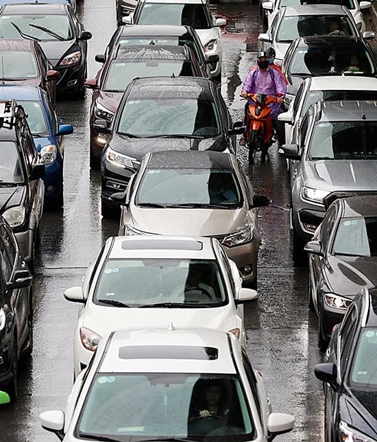Downpours from storm Mun paralyzes Hanoi traffic - 2