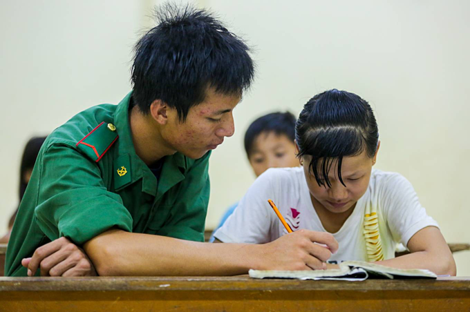 Border troops give hope to returning Cambodian-Vietnamese kids - 8