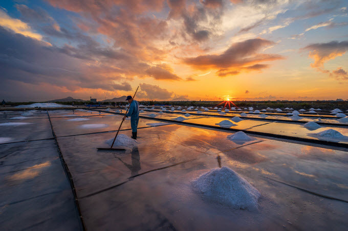 Go explore long-standing salt fields in central Vietnam