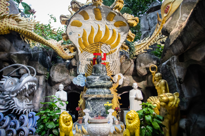 A Saigon pagoda truly open to sentient beings - no doors, no walls - 9