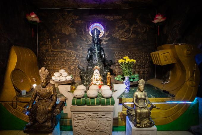 A Saigon pagoda truly open to sentient beings - no doors, no walls - 7