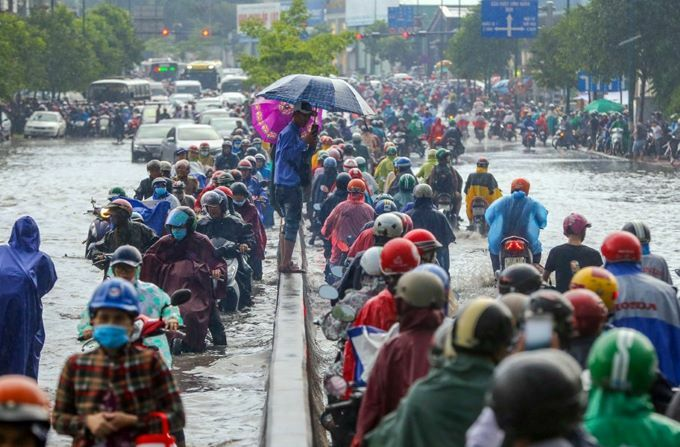 Flooding wreaks traffic chaos on Saigon streets