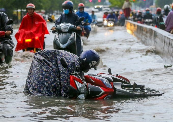 Flooding wreaks traffic chaos on Saigon streets - 2