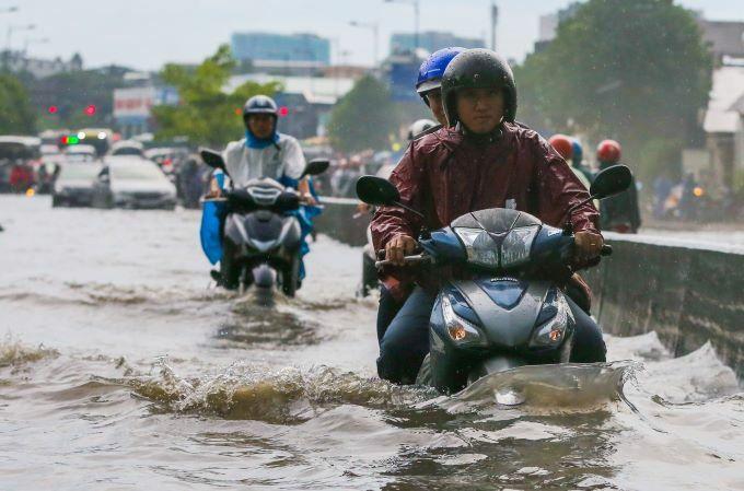 Flooding wreaks traffic chaos on Saigon streets - 1
