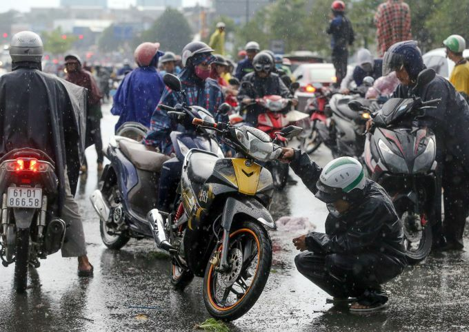 Flooding wreaks traffic chaos on Saigon streets - 3