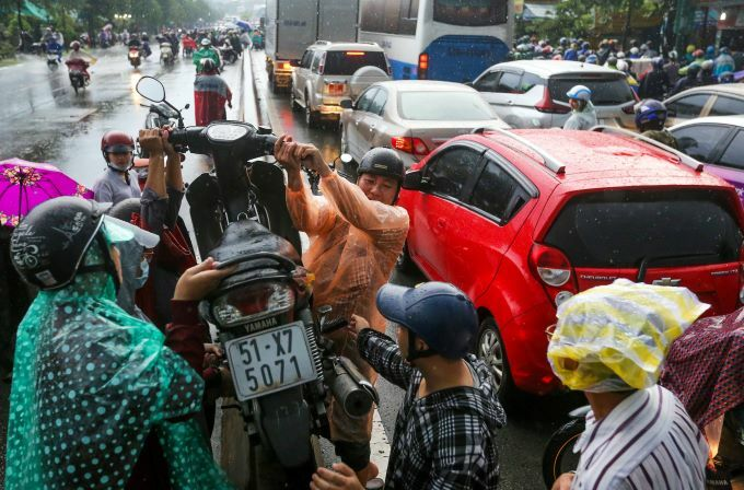 Flooding wreaks traffic chaos on Saigon streets - 5