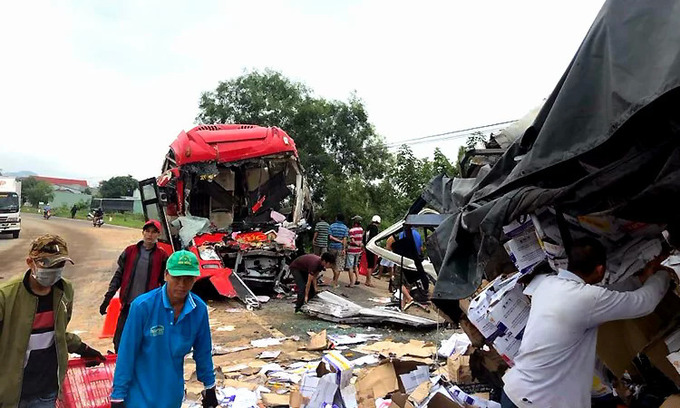 Two drivers die in central Vietnam bus-truck collision