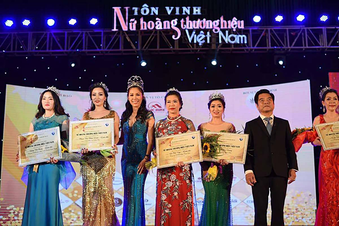 Awardees at the Vietnam Trademark Queen 2018 peagant. Photo courtesy of AutoVina.