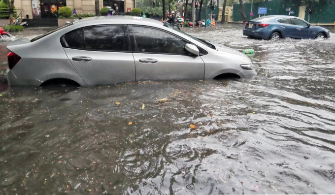 Commuters struggle as downpour floods Hanoi streets