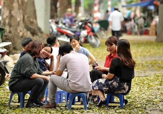People sit at a tea shop on the sidewalk of Hanoi, April 2019. Photo by VnExpress/Nguyen Chi Nam.
