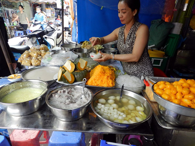 Cos che stall sells Cambodian-style sweet soups with a unique flavor that she brought from her homeland in Cambodia. Photo acquired by VnExpress.