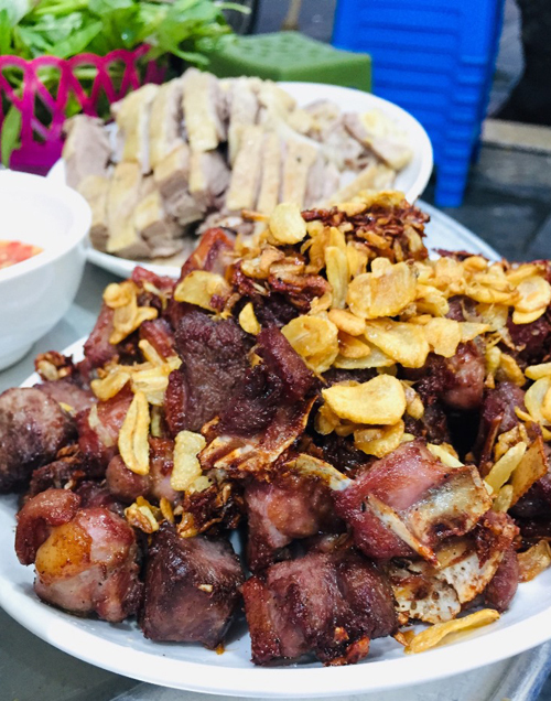 Fried goose with crispy garlic is a must try dish at this food vendor. Photo by VnExpress/Lam Linh.