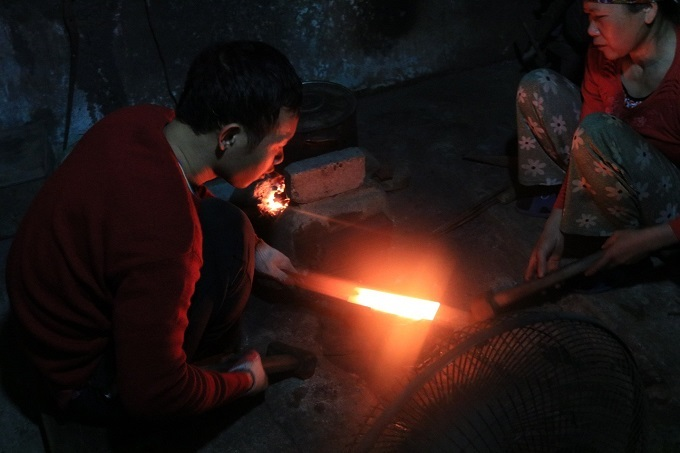 Two blacksmiths of Da Sy Village forge a knife. Photo by VnExpress/Minh Huong