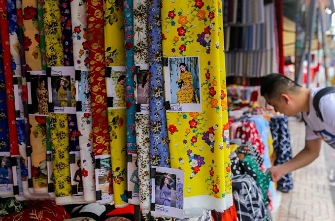 At the Soai Kinh Lam market, people can find special kinds of fabrics that are used to make festival costumes and ao dai (traditional Vietnamese dress). Photo by VnExpress/Quynh Tran.