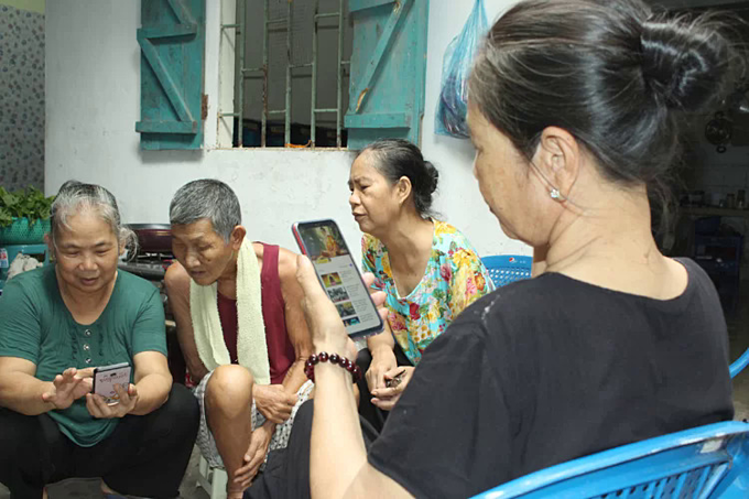 |(L-R) Members of the free-meal project, Giau, Chu, Nhan, Xuan in their rented room in Hanoi.