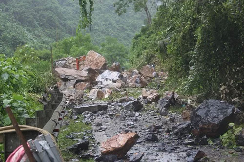 Bac Kan rockslide kills one, injures two