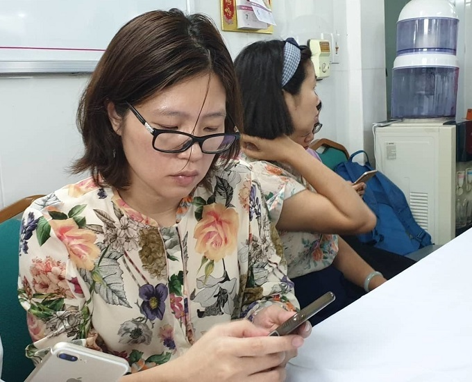 Tran Thi Hong Hanh, chairwoman of Gateaway, is at the E Hospital in Hanoi where a boy died after being left on the schools bus for nine hours, August 6, 2019. Photo by Giao Thong Newspaper.