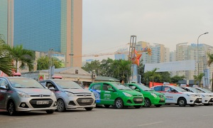 Hanoi taxi association wants ride-hailing tax benefits