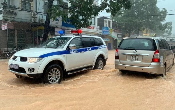 A police car shows up on a street in Phu Quocs Duong Dong Town to warn people to stay away from danger. Photo by VnExpress/Nguyen Dung.