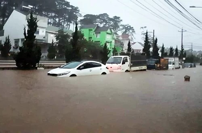 Vehicles are stuck on a flooded street in Da Lat, August 8, 2019. Photo by VnExpress/Hoang Truong.