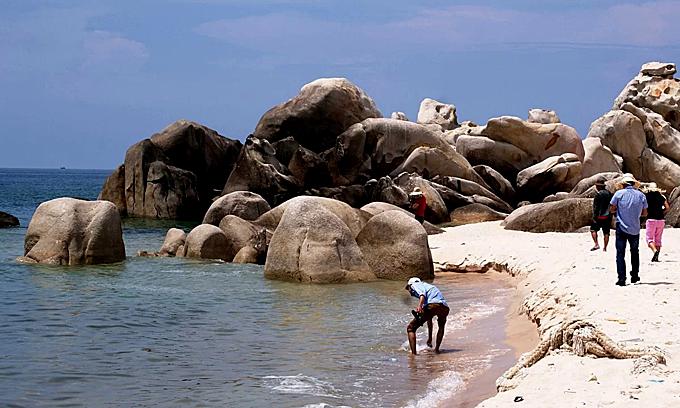 Five drown as seas get rough in Binh Thuan beaches